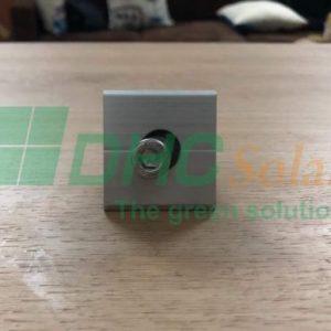 kẹp liên kết giữa tấm pin năng lượng mặt trời